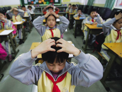 操学生的嫩穴_甘肃中小学生开做新版眼保健操 每天两次纳入课表
