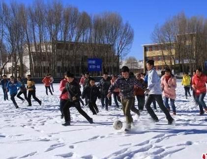 甘肃山丹马场中学生雪中踢足球