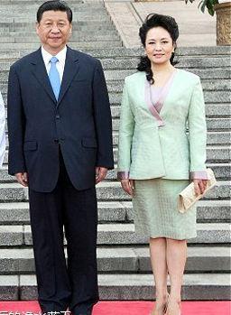 彭丽媛独爱纯色套装 演绎东方风韵